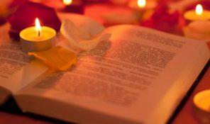Buch mit Kerzen